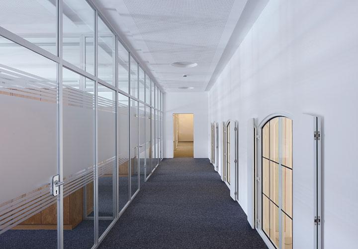Glastrennwand mit integrierter Tür in Aluminium-Zarge