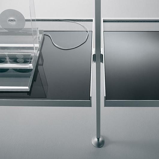 Zenit Schranksystem von Rimadesio - neuartiges Anbausystem mit Aluminiumpfosten und Regalen aus Glas.