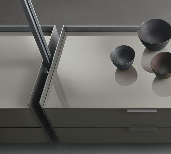Zenit Schranksystem von Rimadesio - neuartiges Anbausystem mit Aluminiumpfosten und Schrankelementen mit Schubladen.