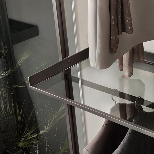 Zenit Kleiderschränke, Ankleidesysteme von Rimadesio. Begehbare Ankleiden und Schranksysteme. Hier Glasregalelement.