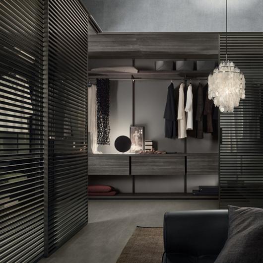 Stripe Glasschiebetüren-System von Rimadesio mit horizontalen Aluminiumsprossen auf beiden Seiten der Türpaneele. Einbaubeispiel Ankleide - über Eck
