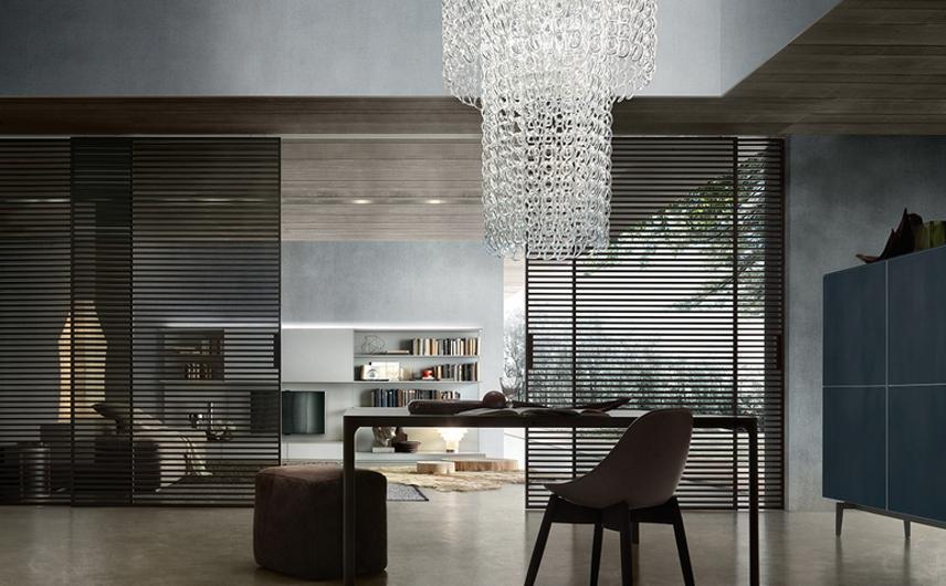 Stripe Glasschiebetüren-System von Rimadesio mit horizontalen Aluminiumsprossen auf beiden Seiten der Türpaneele als Raumteiler.