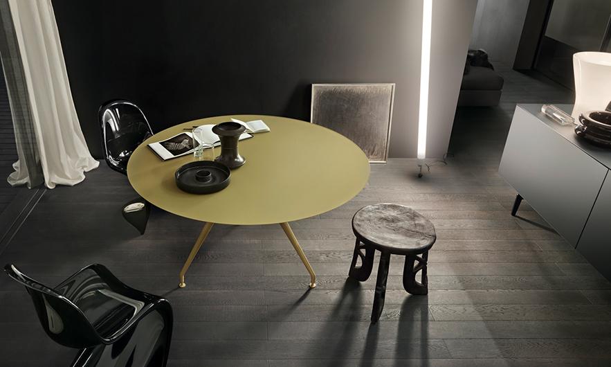 Manta Tisch von Rimadesio. Struktur aus Aluminium mit 3 Beinen, kombiniert mit einer runden Platte.