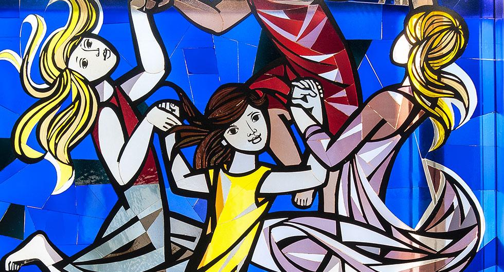 Restaurierung eines Glasfensters nach dem Entwurf von Walter Womacka im ehemaligen Staatsratsgebäude in Berlin, Detailansicht von tanzenden Frauen