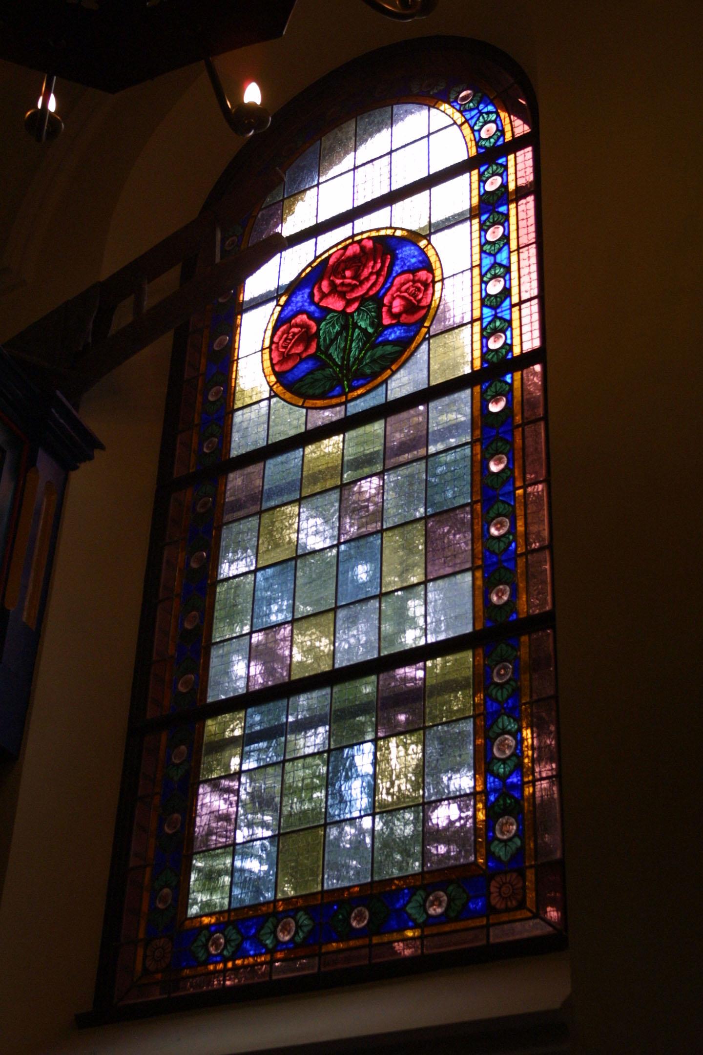 Kirchenfenster der St. Marien am Behnitz, Bleiverglasung und Glasmalerei individuell gefertigt Motiv Rose