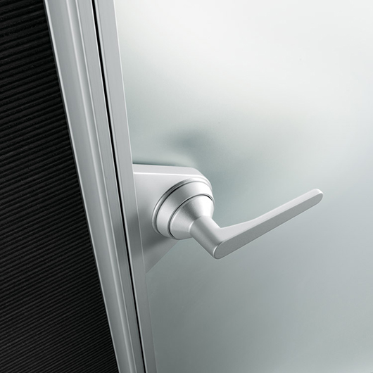 Ghost Design-Innentür von Rimadesio. Glastür aus einer einzigen Glasscheibe mit feinster Aluminiumstruktur. Detailaufnahme: Griff