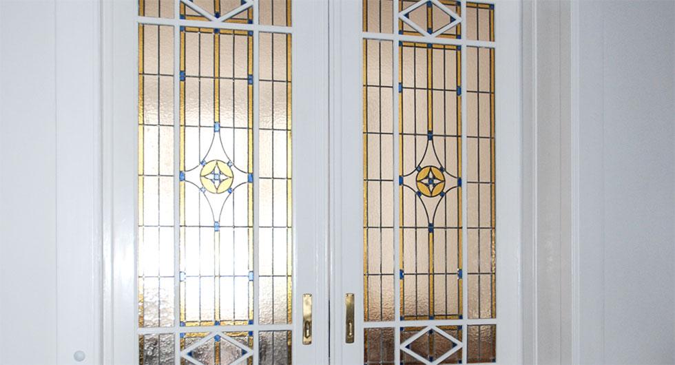 Detailansicht der Bleiverglasung Berlin als Innentürverglasung aus Echt-Tischkathedralglas und Ornamentglas. Nach historischem Vorbild.