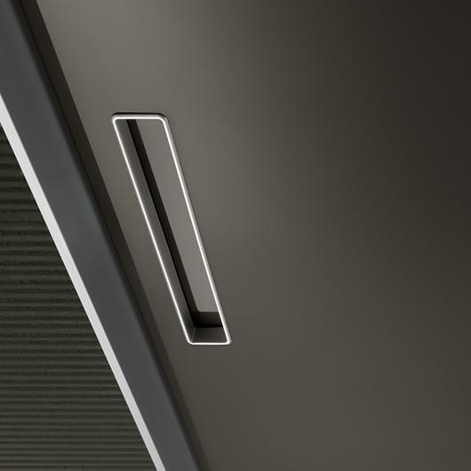 Aura - lackierte Glastür von Rimadesio mit patentiertem Magnet-Verschluss und vertikalem Griff.