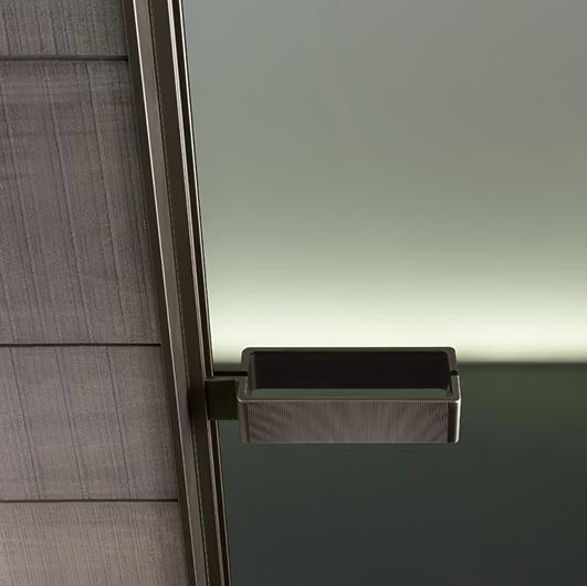 Vela - die Design-Glastür von Rimadesio ist in zwei Modellen lieferbar: mit patentiertem Magnetschließprofil oder mit magnetischem Türschloss.