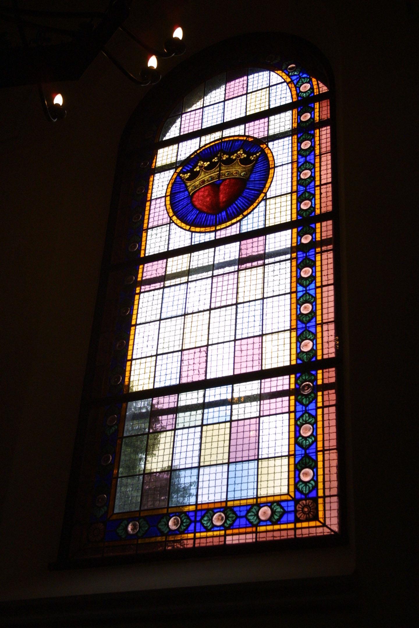 Kirchenfenster der St. Marien am Behnitz, Bleiverglasung und Glasmalerei individuell gefertigt Motiv Herz