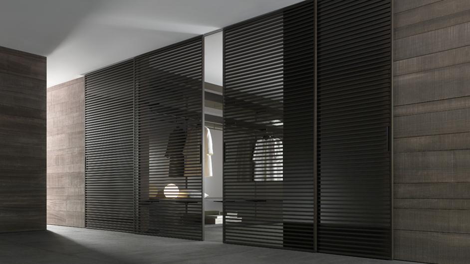 Stripe Glasschiebetüren-System von Rimadesio mit horizontalen Aluminiumsprossen auf beiden Seiten der Türpaneele, Einbaubeispiel.