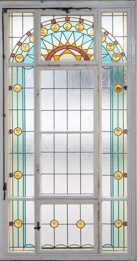 Bleiverglasung aus Echt-Tischkathedralglas und Ornamentgläsern nach historischem Vorbild für das Treppenhausfenster der Sächsischen Landesvertretung in Berlin