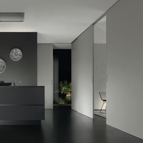 Graphis plus Glasschiebetür-System von Rimadesio aus weiß lackiertem Glas und Aluminium Profilen als Raumteiler, Einbaubeispiel