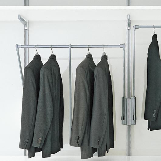 Begehbarer Schrank - Ankleidesystem Dress Bold von Rimadesio mit ausschwenkbaren Kleiderstangen.
