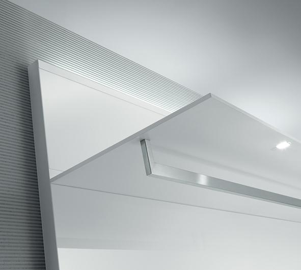 Abacus Ankleidesysteme von Rimadesio - helle Ausführung. Regalelement mit integrierter LED Beleuchchtung und Kleiderstange.