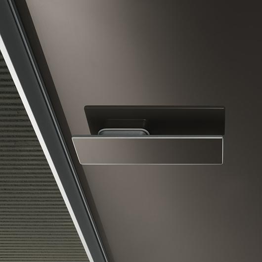 Aura - lackierte Glastür von Rimadesio mit patentiertem Magnet-Verschluss.
