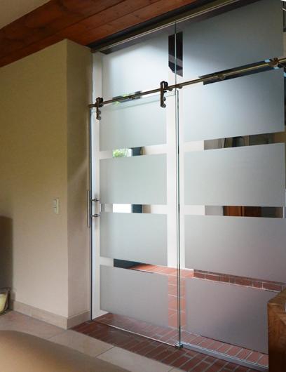 Glaswand mit Schiebetüren