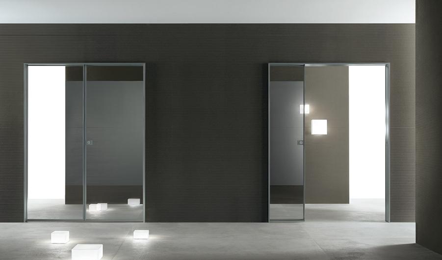 Flügeltür SPIN aus Glas von Rimadesio. Hauptmerkmal der Glasflügeltür SPIN sind die Griffe mit dem exklusiven magnetischen Schloss.