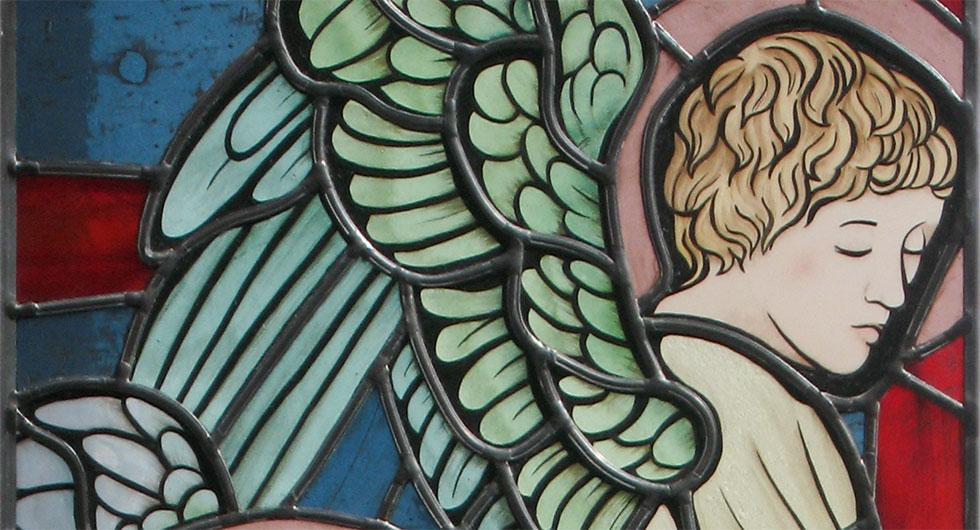Detailansicht ein Engel, hochwertige Glasmalerei im modern interpretiertem präraffaelitischen Stil um 1900 inspiriert von Edward Burne-Jones