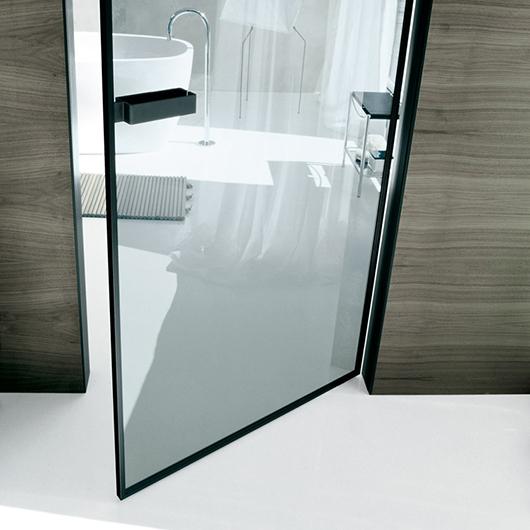 Vela - die exklusive Design-Drehflügeltür aus Glas von Rimadesio kann in beide Richtungen geöffnet werden.