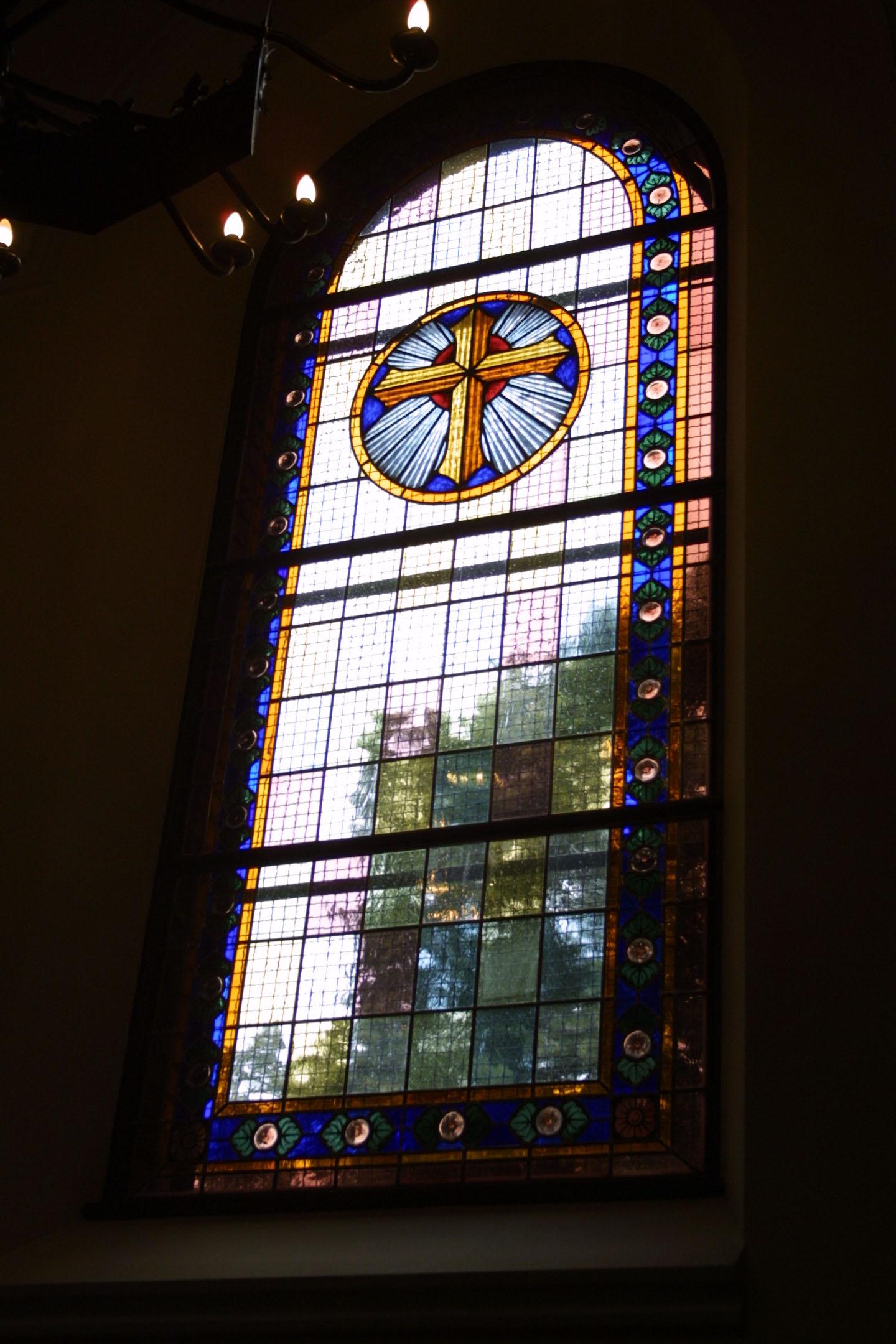 Kirchenfenster der St. Marien am Behnitz, Bleiverglasung und Glasmalerei individuell gefertigt Motiv Kreuz