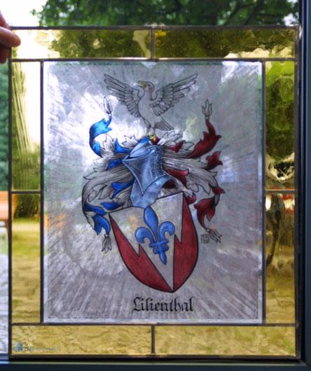 Familienwappen als Fensterbild. Hochwertige Glasmalerei individuell angefertigt auf Echtantikglas.