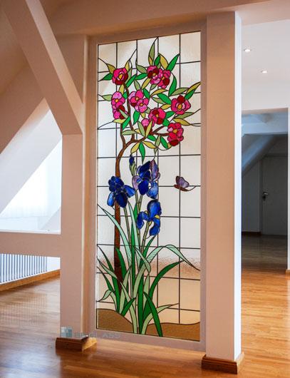 Die Bleiverglasung Lilien und Oleander aus Echt-Tischkathedralglas und Colorescentglas als Raumteiler