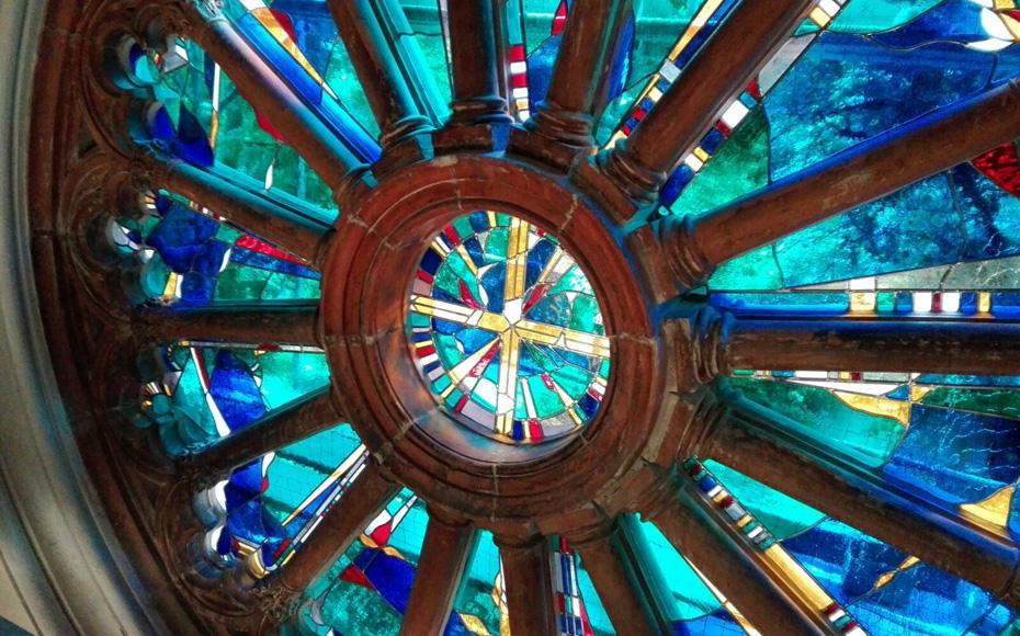 Innenansicht der Fensterrose der Katholische Kirche St. Michael in Berlin, Bleiverglasung individuell gefertigt aus mundgeblasenem Echtantikglas