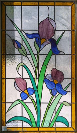 Bleiverglasung Schwertlilie als Fensterverglasung, handgefertigt, aus Echt-Tischkathedralglas und Colorescentglas.