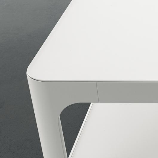 SIXTY kleiner Tisch von Rimadesio. Mattweißer Acryl oder lackierte Ecocolorsystem Glasplatten in 50 Farbtönen glänzend oder matt.