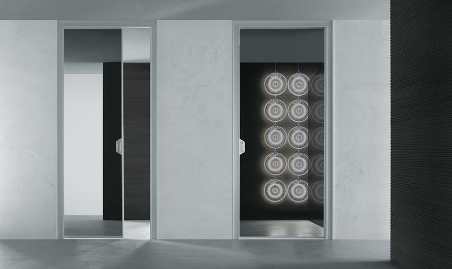 Ghost Glastür von Rimadesio. Design-Innentür aus einer einzigen Glasscheibe mit feinster Aluminiumstruktur.