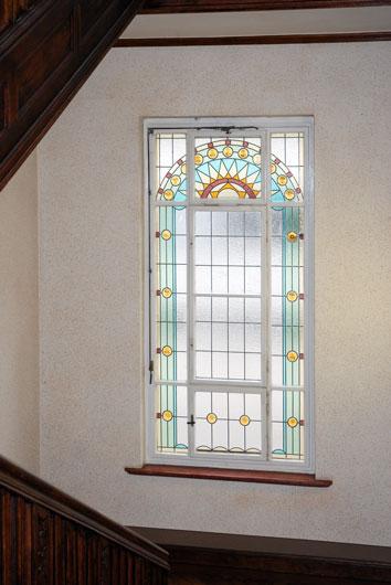 Bleiverglasung für das Treppenhausfenster der Sächsischen Landesvertretung in Berlin, aus Echt-Tischkathedralglas und Ornamentgläsern nach historischem Vorbild.