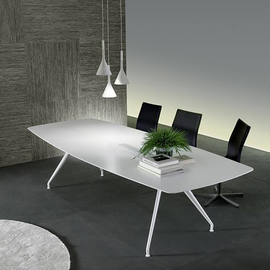 Manta Tisch von Rimadesio. Struktur aus Aluminium mit 4 Beinen, kombiniert mit einer weißen Platte.