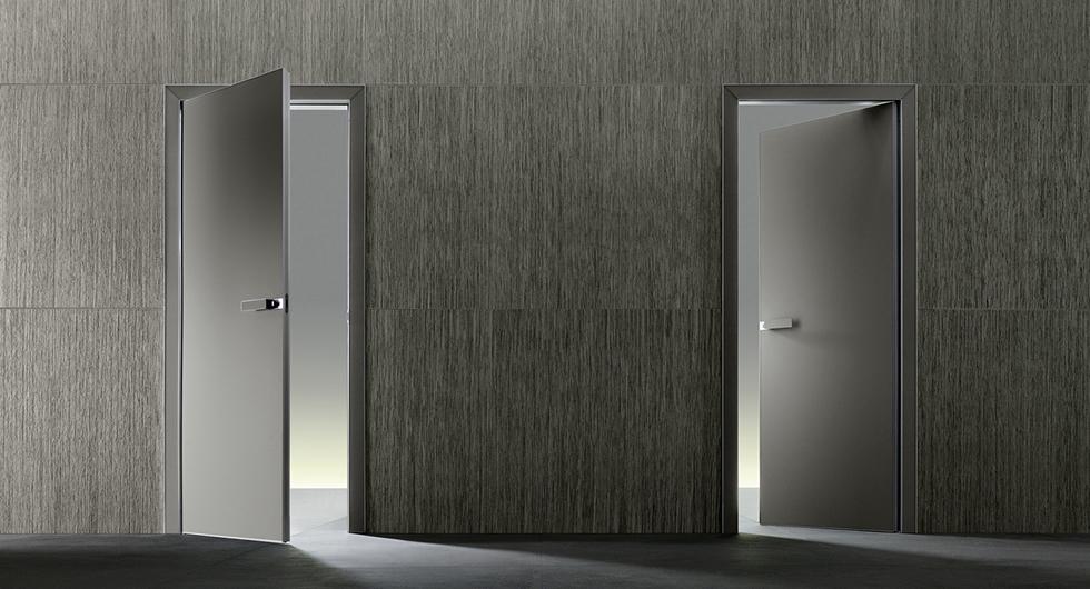 Luxor Glastüren von Rimadesio. raumhohe Türen für wahlweise Öffnung nach innen oder außen. Türpfosten glasverkleidet oder aus lackiertem Aluminium.