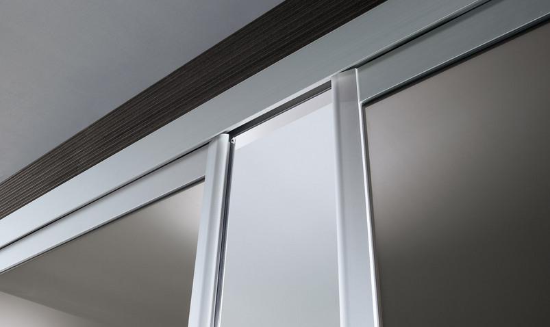 Siparium Glasschiebetür-System von Rimadesio. Detailansicht der Montage der Glasschiebetür.