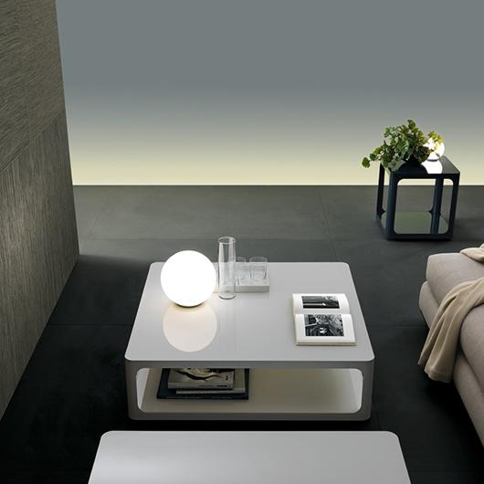 SIXTY Couchtisch von Rimadesio. Tisch im Stil der Sechziger. Mattweißer Acryl oder lackierte Ecocolorsystem Glasplatten in 50 Farbtönen glänzend oder matt.