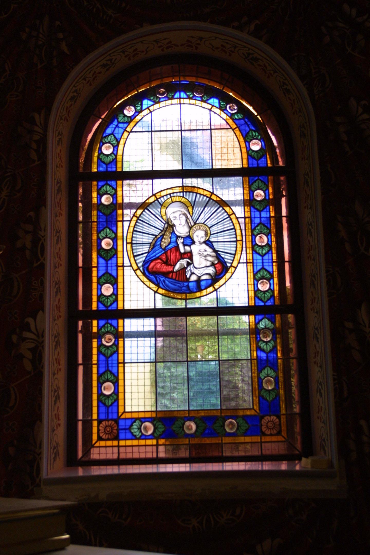 Chorfenster der St. Marien am Behnitz, Bleiverglasung und Glasmalerei Maria mit dem Jesuskind