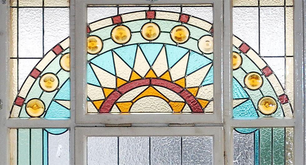 Detailansicht der Bleiverglasung, Treppenhausfenster der Sächsischen Landesvertretung in Berlin, aus Echt-Tischkathedralglas und Ornamentgläsern nach historischem Vorbild.