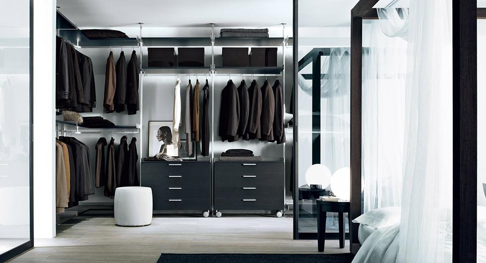 Zenit Kleiderschränke, Ankleidesysteme von Rimadesio. Gestaltungsvorschlag begehbaren Kleiderschrank mit Regalelementen, Kleiderstangen und Schubladen.