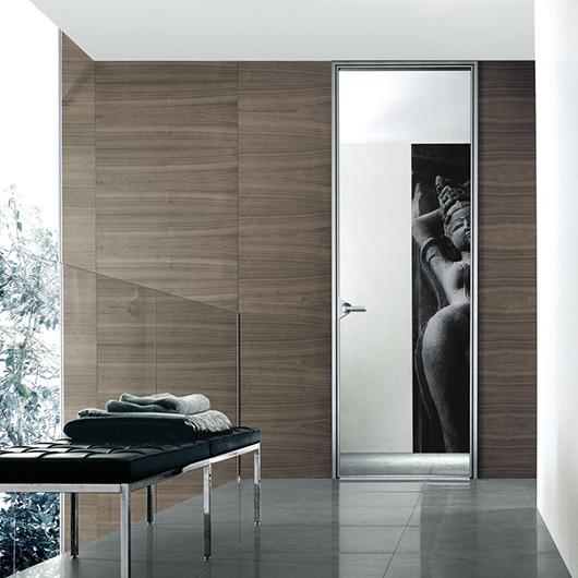 Ghost Designtür - Glastür von Rimadesio. Innentür aus einer einzigen Glasscheibe mit feinster Aluminiumstruktur.