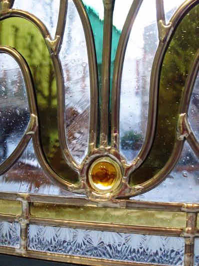 Bleiverglasung Art Floral als Fensterbild Detailansicht Blattmotiv und Glasprisma