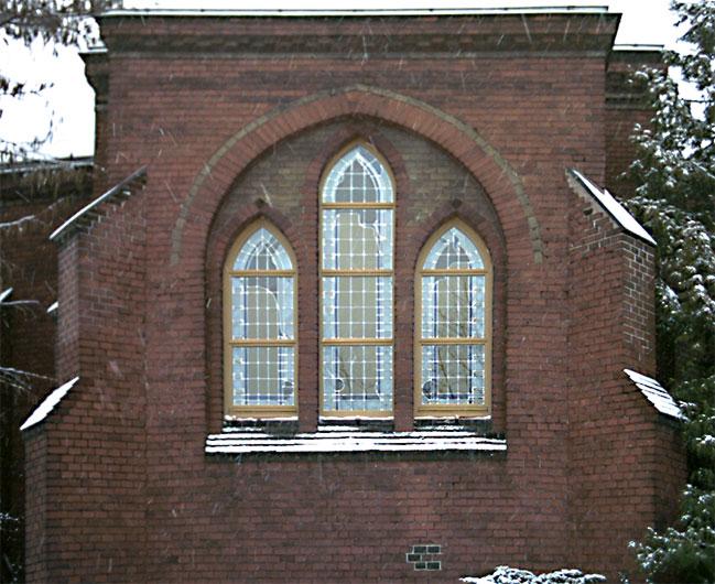 Bleiverglasung und Glasmalerei der Fenster der Friedhofskapelle Wittenberg - Außenansicht.