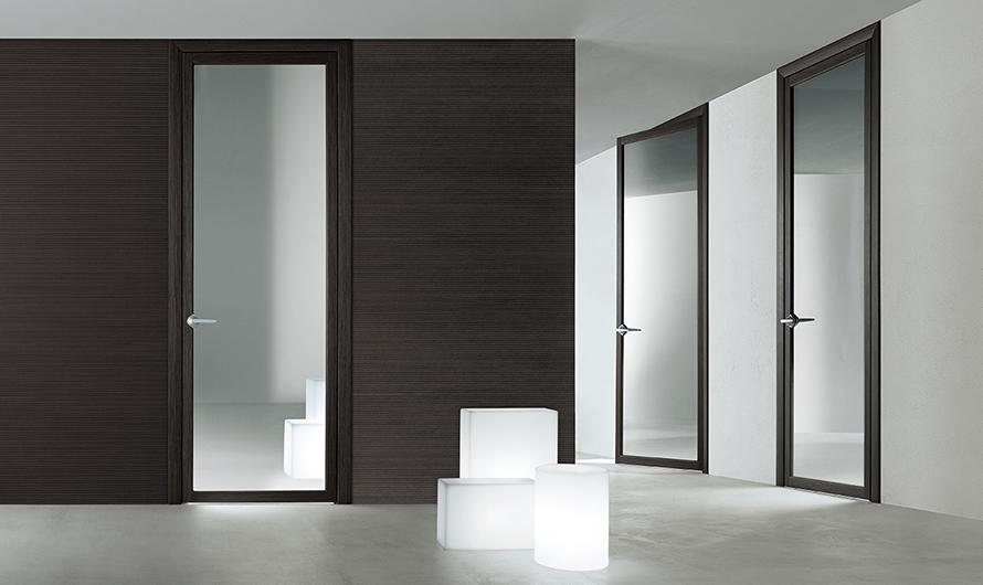Quadrante, exklusive Glastür von Rimadesio. Design-Drehflügeltür mit patentierten regulierbaren Scharnieren. Mit einem exklusiven Feder-System für sehr kurze Montagezeiten.