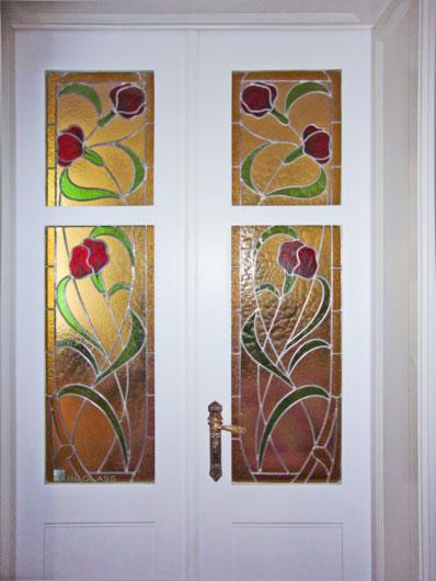 Bleiverglasung Floris als Innentürverglasung aus Echt-Tischkathedralglas, Ornamentglas, teilweise mit Glasmalerei veredelt. Nach historischem Vorbild.