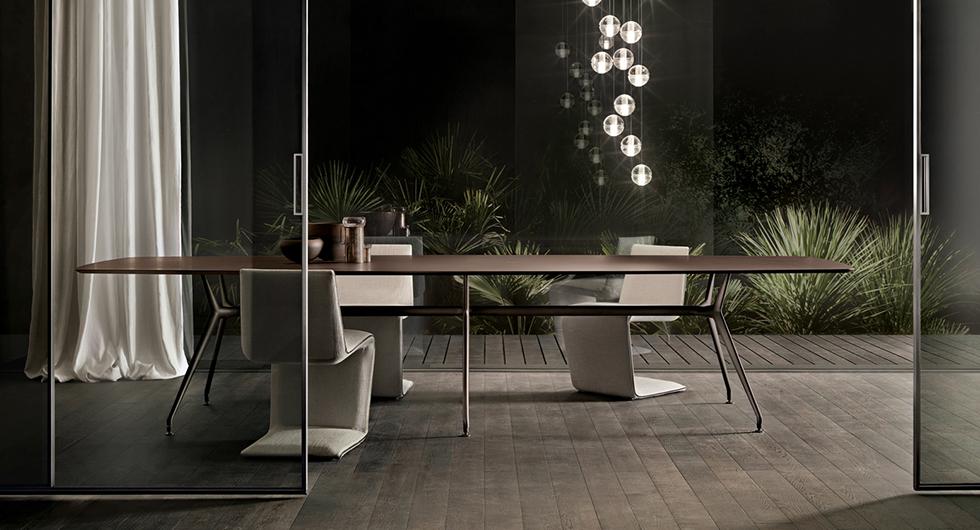 Manta Tisch von Rimadesio. Struktur aus Aluminium mit 6 Beinen, kombiniert mit einer bootsförmigen Platte.