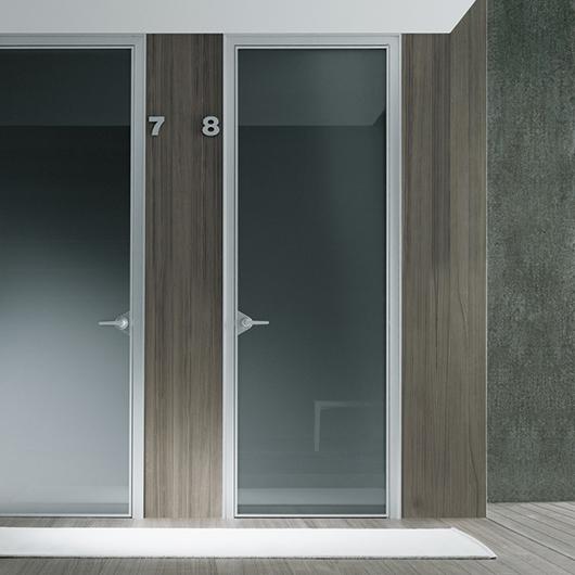 Ghost Design-Innentür von Rimadesio. Glastür aus einer einzigen Glasscheibe mit feinster Aluminiumstruktur.