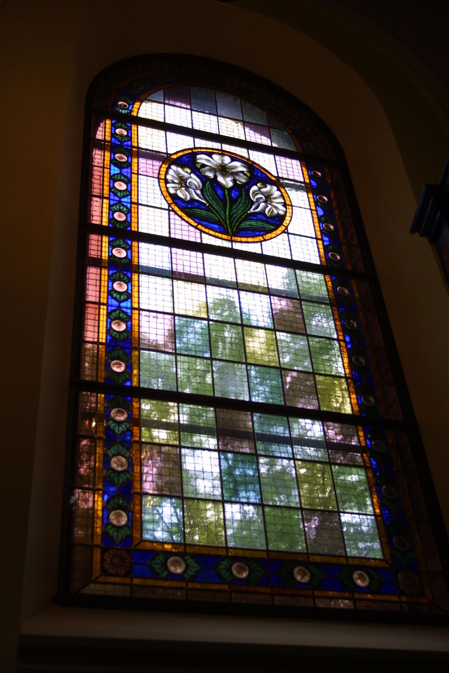 Kirchenfenster der St. Marien am Behnitz, Bleiverglasung und Glasmalerei individuell gefertigt Motiv Lilien