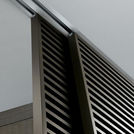 Stripe Glasschiebetüren-System von Rimadesio mit horizontalen Aluminiumsprossen auf beiden Seiten der Türpaneele. Detailansicht der Montage.