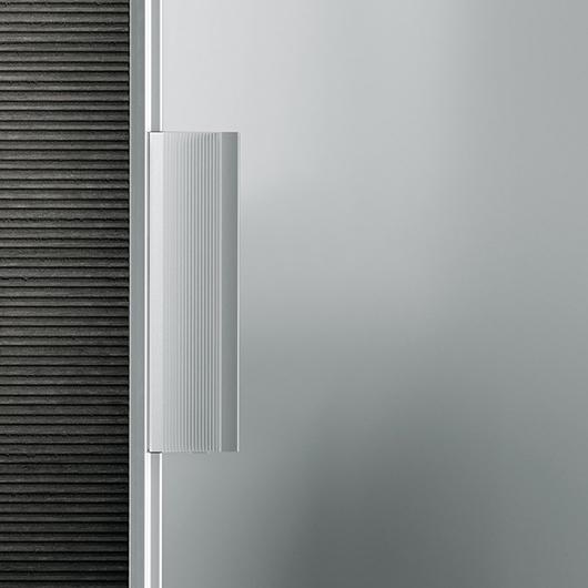 Vela - die exklusive Design-Pendeltür aus Glas von Rimadesio ist mit patentiertem Magnetschließprofil lieferbar.