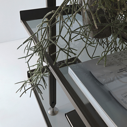Zenit Schranksystem von Rimadesio - neuartiges Anbausystem mit Aluminiumpfosten und Regalelementen aus Glas.